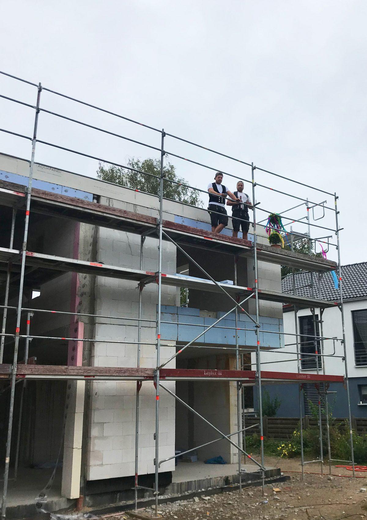 Das Bermüller+Niemeyer Team vor Ort auf der Baustelle für das Richtfest von Haus SCN.