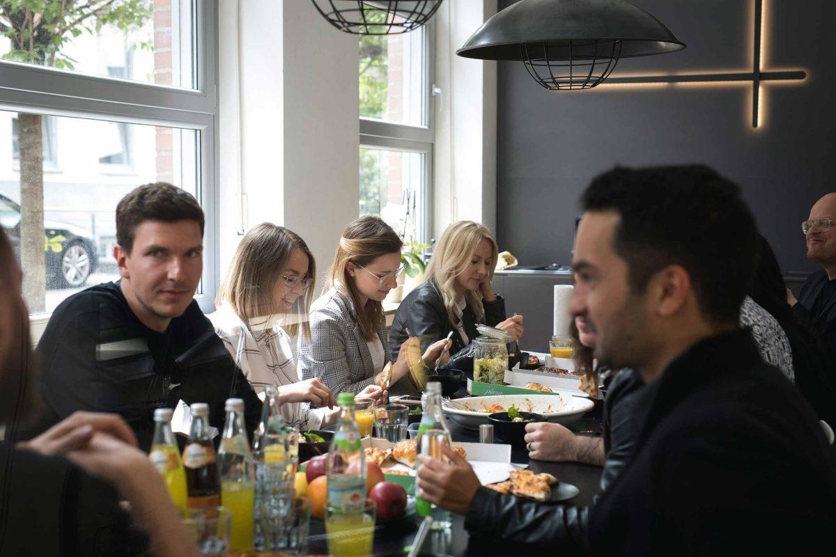 Gemeinschaftliche Mittagspause des Teams der Bermüller+Niemeyer Architekturwerkstatt.