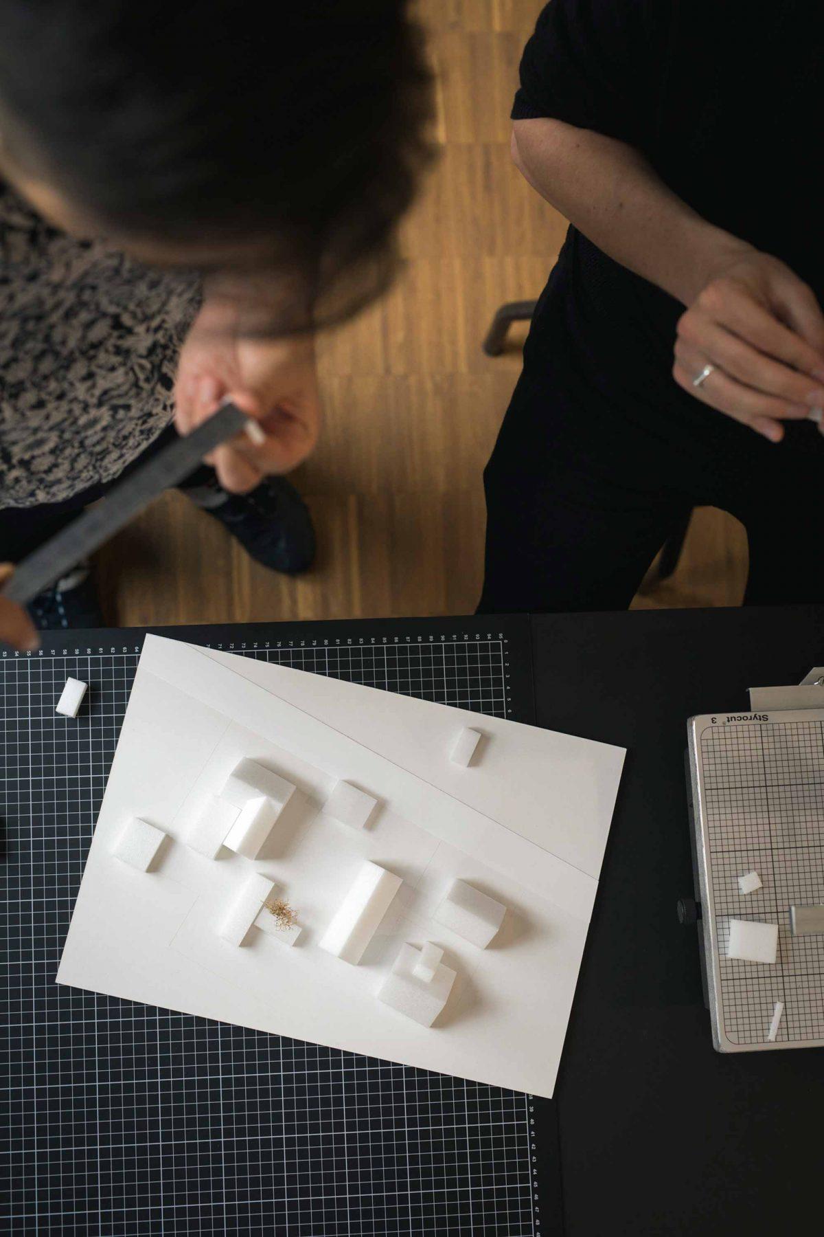 Modellbauarbeiten in der Bermüller+Niemeyer Architekturwerkstatt.