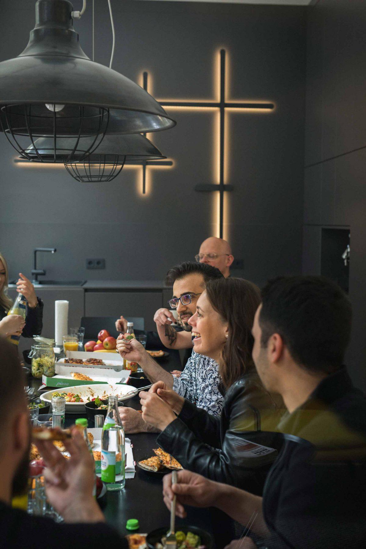Das Team der Bermüller+Niemeyer Architekturwerkstatt bei der gemeinsamen Mittagspause.