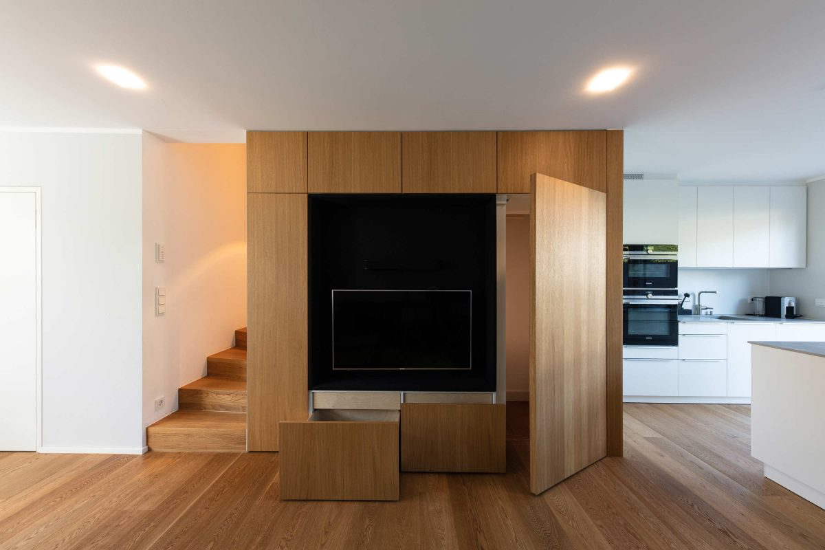 Multifunktionales Einbaumöbel für das Haus KLE von der Bermüller+Niemeyer Architekturwerkstatt.