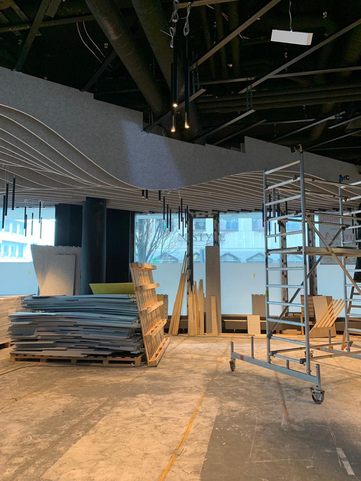 Einblicke in den Gastraum der Sushi-Bar im Adina Apartmenthotel in Nürnberg während Baustellenbetrieb.