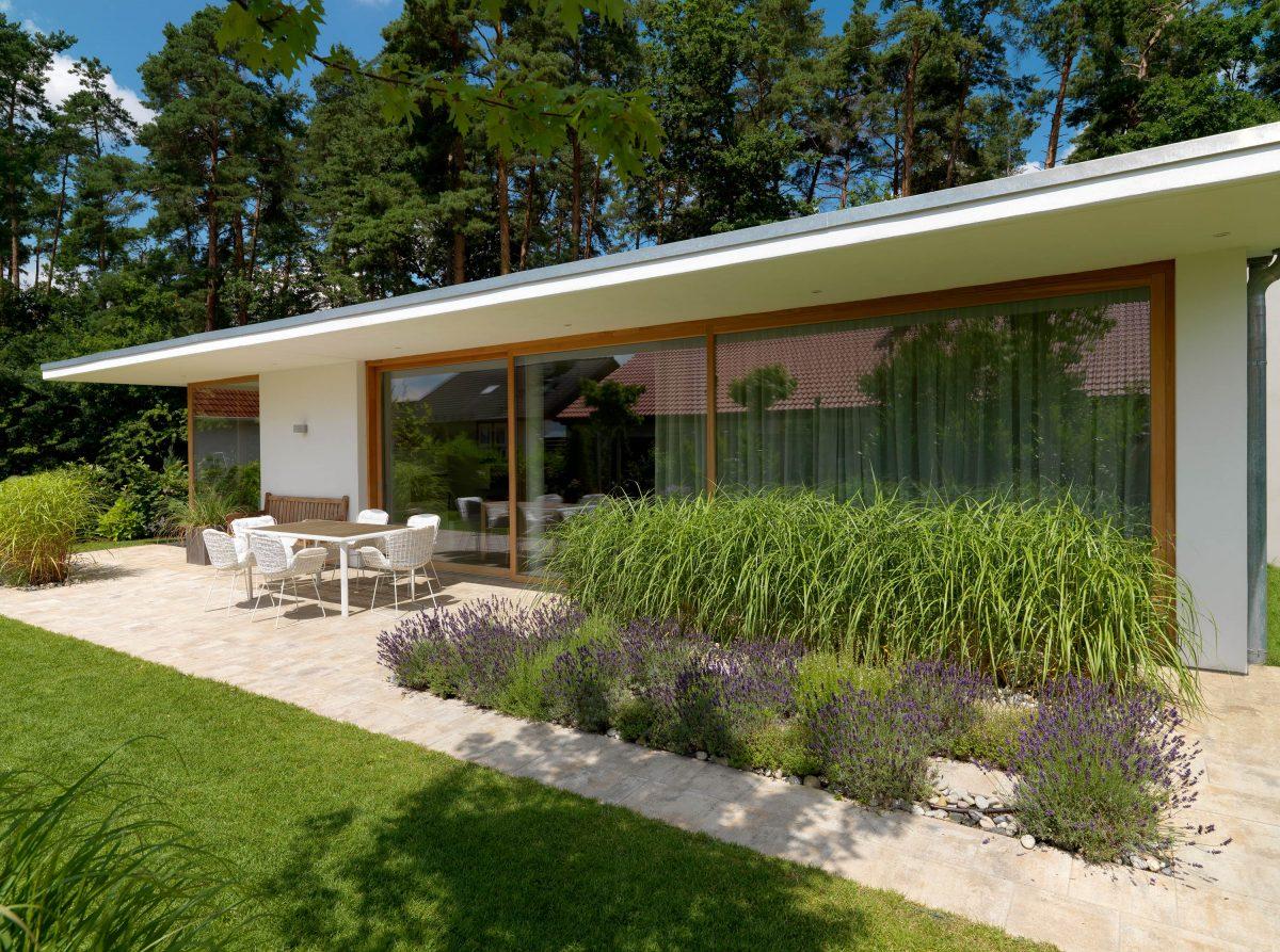 Blick auf die Terrasse mit Bepflanzung von Einfamilienhaus