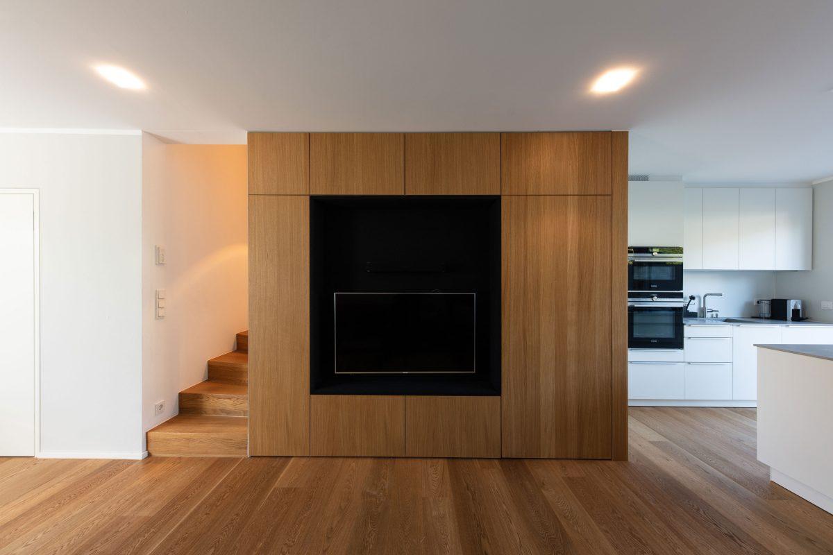 Das multifunktionale Einbaumöbel mit Tip-On-Beschlägen im Einfamilienhaus Kell.