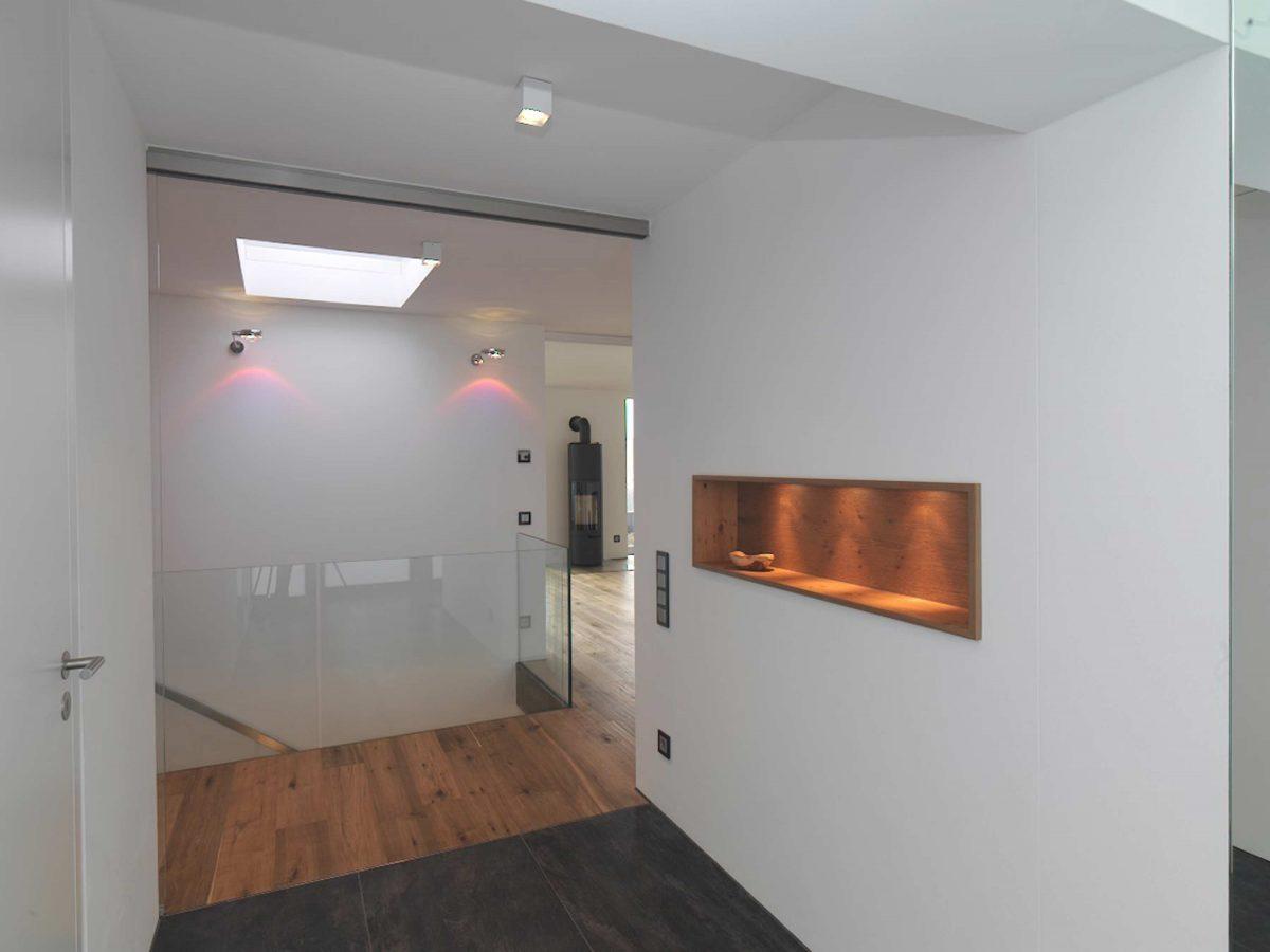 Der Eingangsbereich mit integrierter Wandablage im Einfamilienhaus