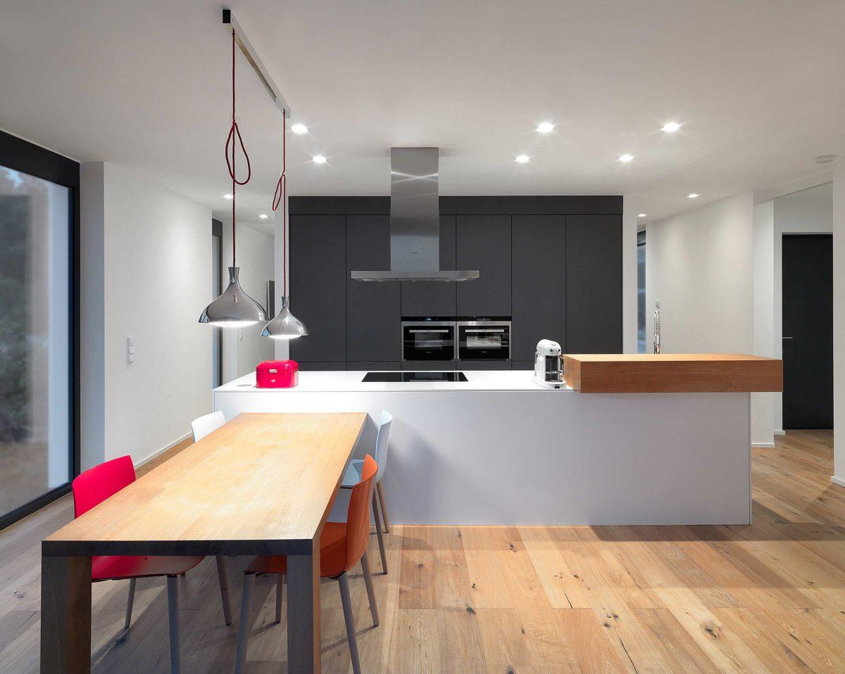 Der Koch- und Essbereich mit separater Kochinsel und in der Wand integrierter Kuechenzeile im Einfamilienhaus