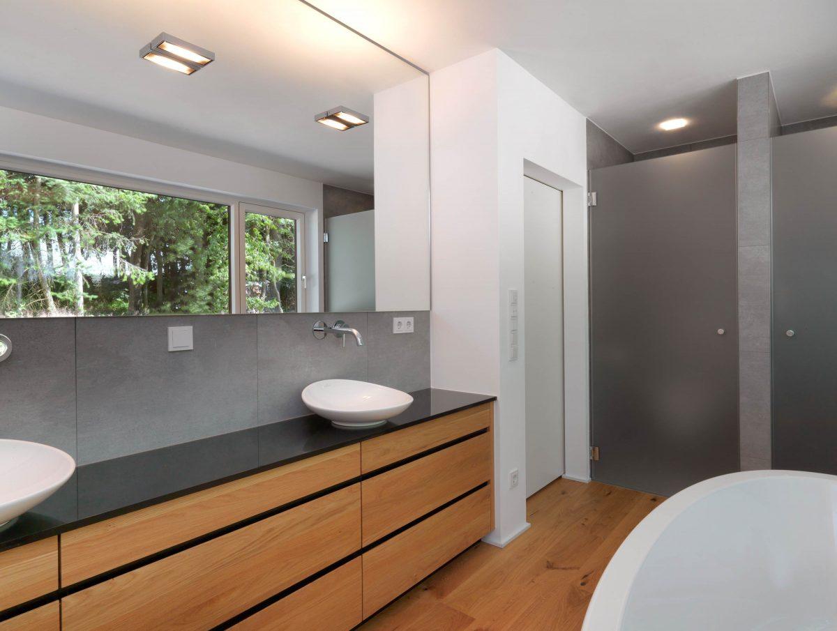 Blick auf den Waschtisch mit Aufsatzwaschbecken im Einfamilienhaus