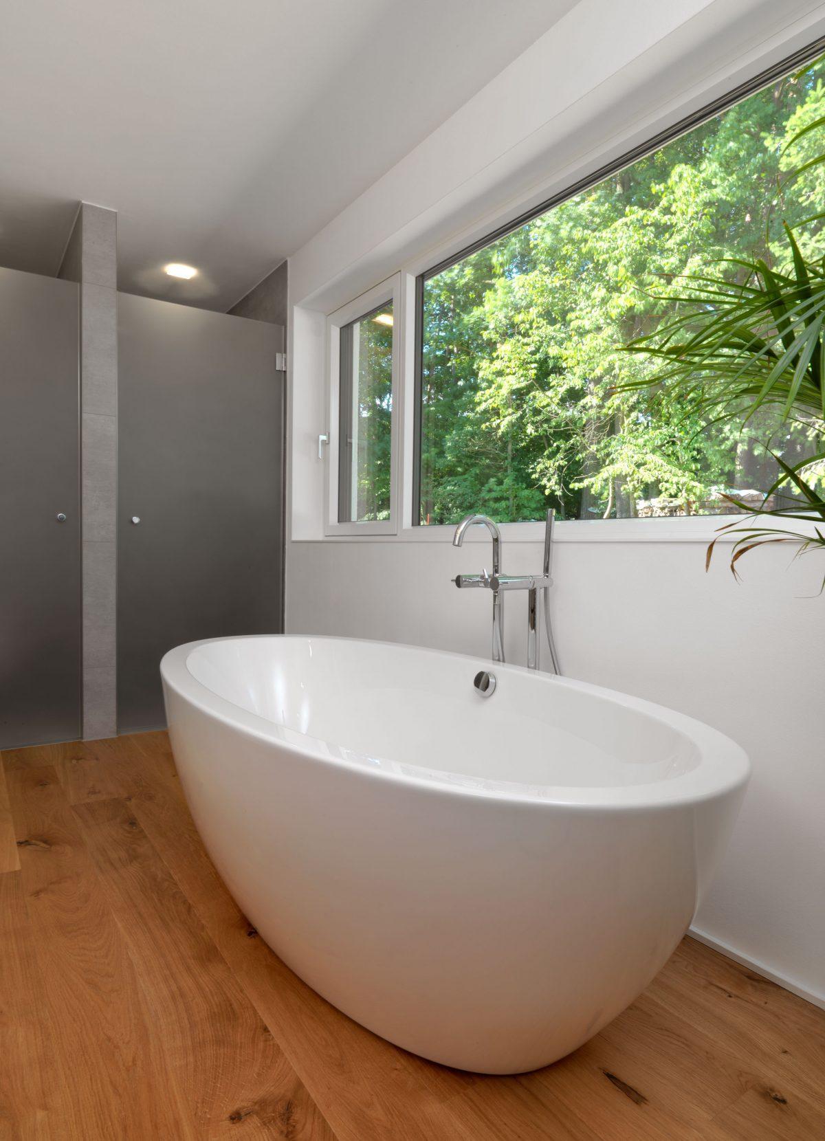 Die freistehende Badewanne im Haus MLR mit Blick ins Gruene.
