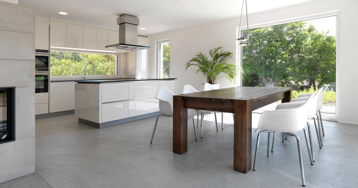 Der Ess- und Kochbereich mit separater Kochinsel im Einfamilienhaus