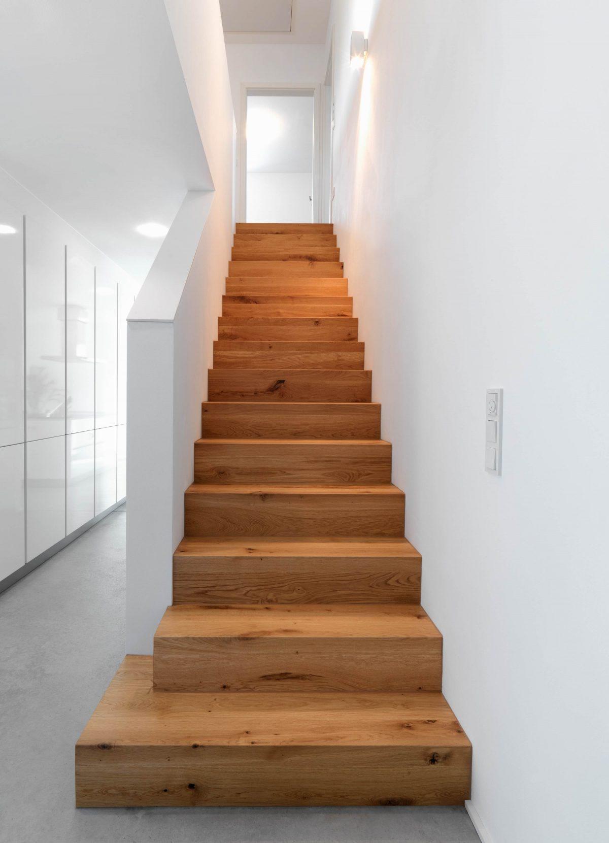 Die gerade Treppe mit Holzblockstufen im Einfamilienhaus