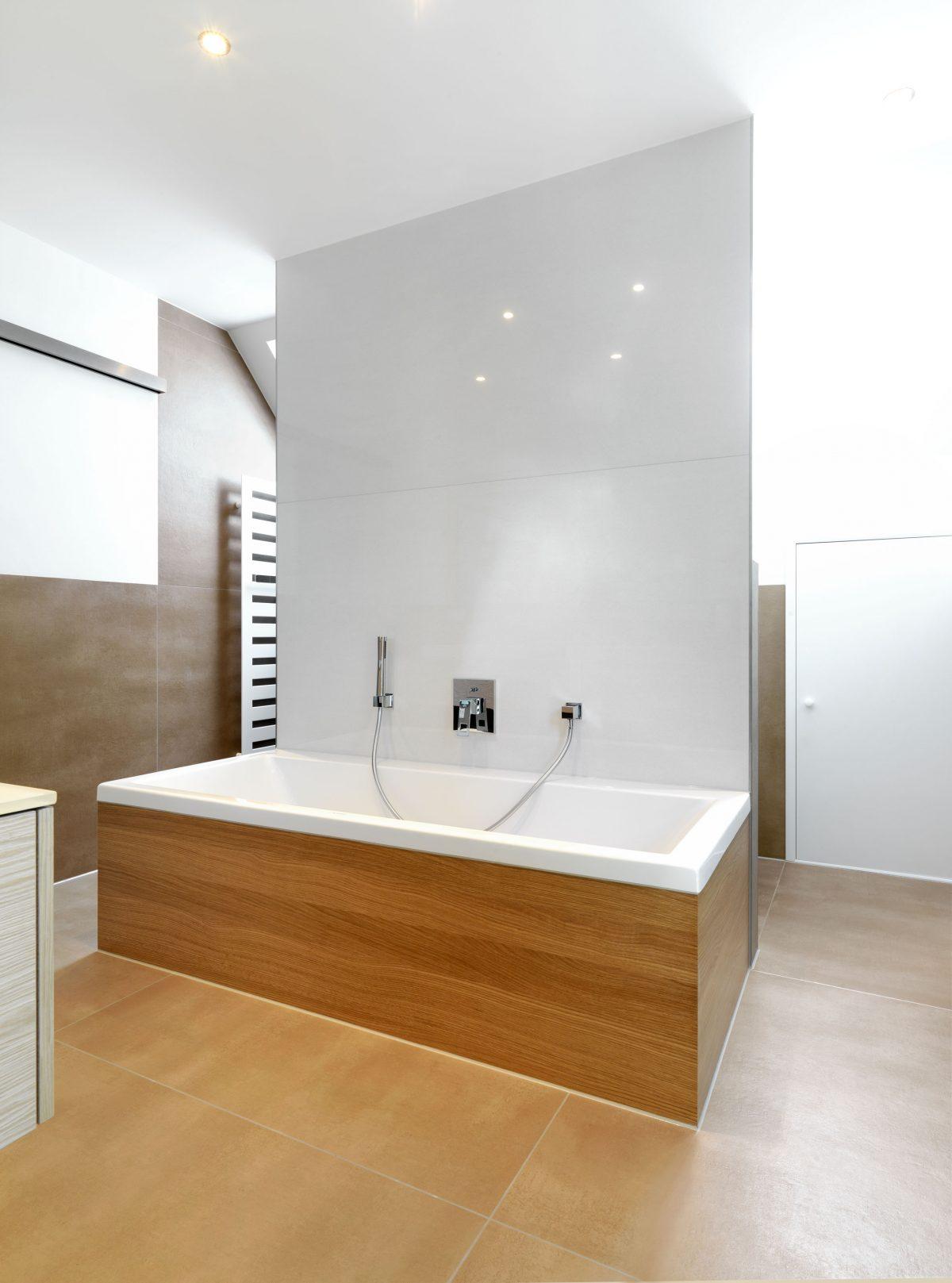 Die Badewanne im Haus RSO als Raumtrenner vor dem Dusch- und WC-Bereich.