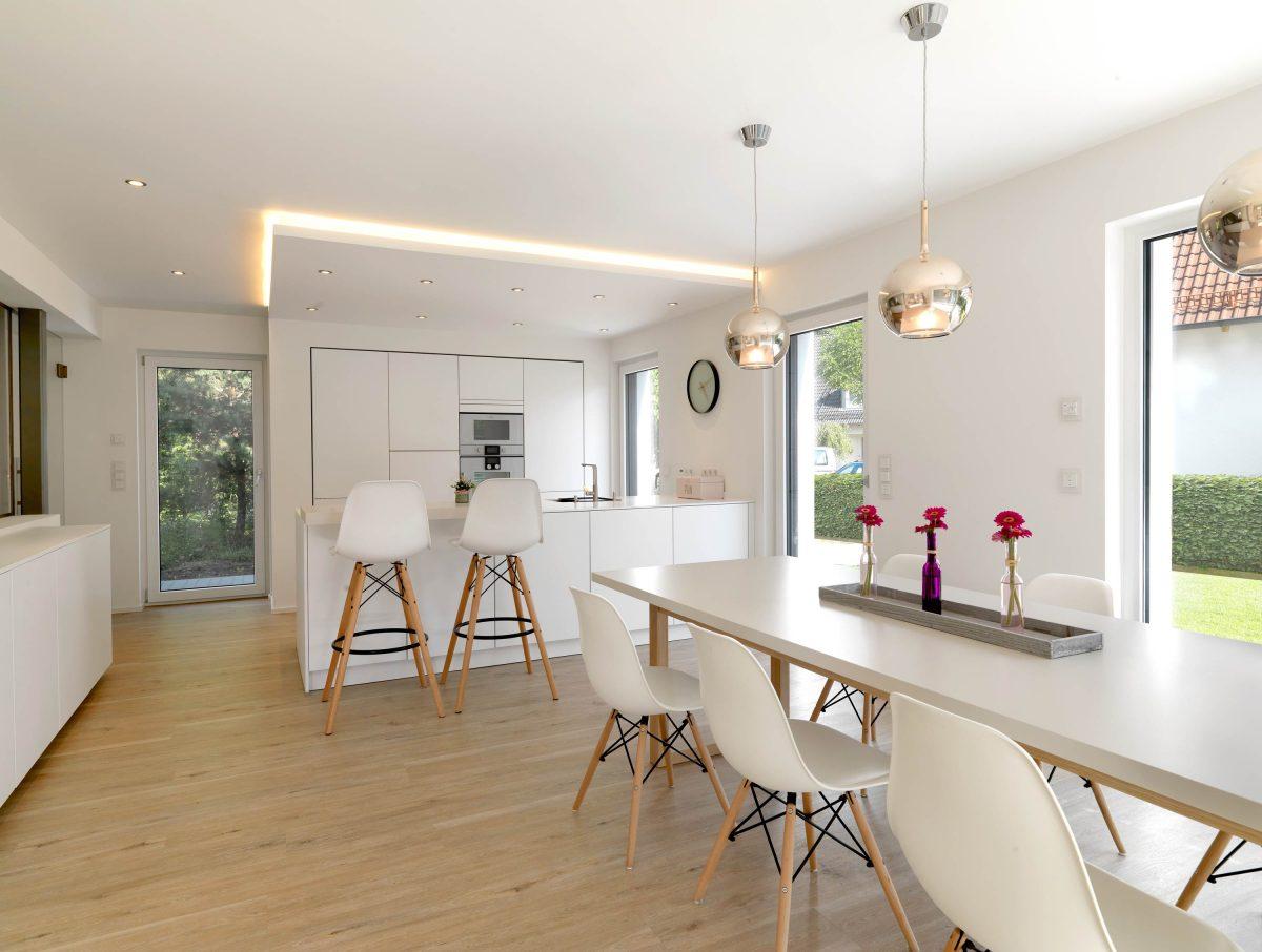 Der Ess- und Kochbereich mit hellen Akzenten im Einfamilienhaus