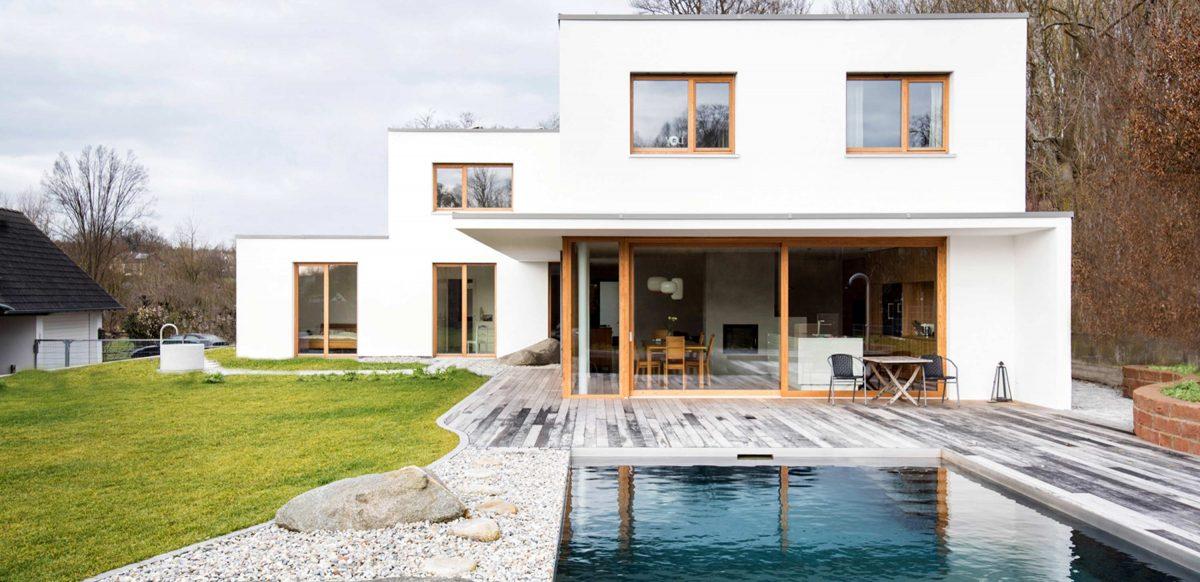 Blick auf den Pool und die Terrasse vom Einfamilienhaus