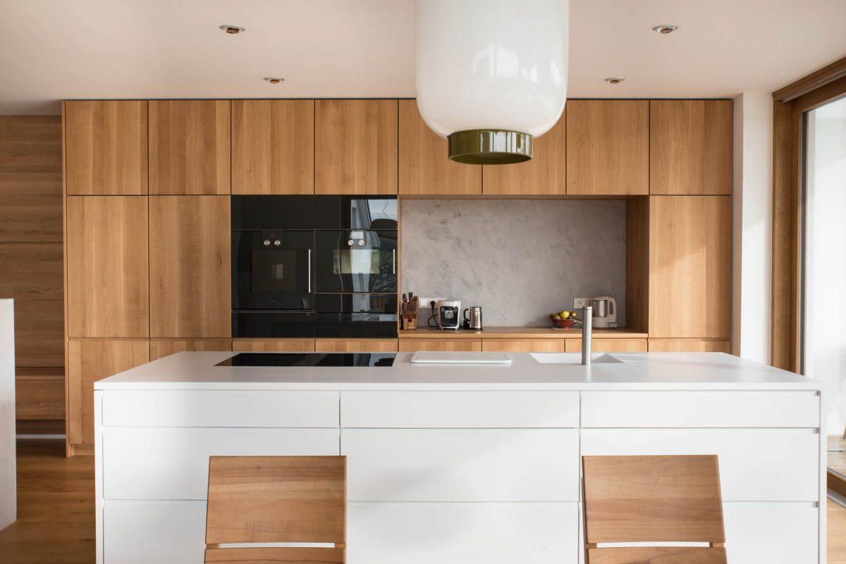 Blick auf die Küche im Einfamilienhaus